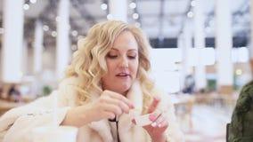 Mooie vrouw die snel voedsel eten stock videobeelden