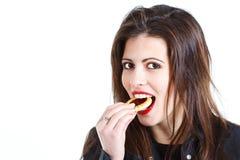 Mooie vrouw die snoepjes eet Stock Afbeeldingen