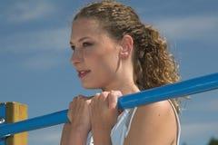 Mooie vrouw die sporten in openlucht doet royalty-vrije stock afbeeldingen