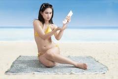 Mooie vrouw die sunblock gebruiken Stock Fotografie