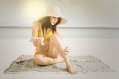 Mooie vrouw die sunblock inschrijven stock afbeelding