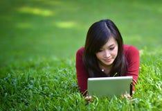 Mooie vrouw die tablet gebruikt Stock Foto's