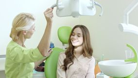 Mooie vrouw die tandenonderzoek hebben bij tandartsstoel Tandoffec stock video