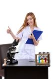 Mooie vrouw die teken o.k. laboratoriumwetenschap tonen Stock Fotografie