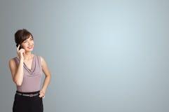Mooie vrouw die telefoongesprek met exemplaarruimte maken Stock Fotografie
