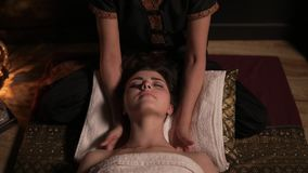 Mooie vrouw die Thaise massage van haar hals en schouders in kuuroord hebben Onherkenbaar vrouwelijk massagist Slowmotion schot stock video