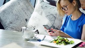 Mooie vrouw die tijdens lunch rusten, die in een koffie zitten Bedrijfs lunch Langzame Motie stock videobeelden