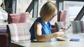 Mooie vrouw die tijdens lunch rusten, die in een koffie zitten Bedrijfs lunch Langzame Motie stock video
