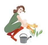 Mooie vrouw die in tuin werkt Stock Foto