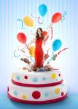 Mooie vrouw die uit de cake springen stock foto's