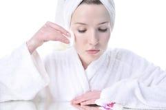 Mooie vrouw die uw gezicht schoonmaakt Stock Fotografie