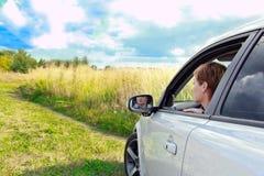 Mooie vrouw die van de auto kijkt Royalty-vrije Stock Afbeelding
