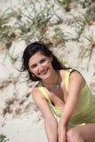 Mooie vrouw die van de de zomerzon genieten Stock Afbeelding