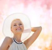 Mooie vrouw die van de zomer in openlucht genieten Stock Foto's