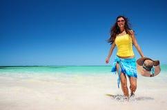 Mooie vrouw die van de zon op het tropische strand genieten royalty-vrije stock afbeelding