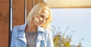 Mooie vrouw die van de zonnige de herfstdag genieten Stock Foto's
