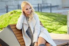 Mooie vrouw die van de zonnige de herfstdag genieten Royalty-vrije Stock Afbeeldingen