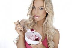 Mooie vrouw die van dessert genieten Royalty-vrije Stock Foto's