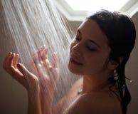 Mooie Vrouw die van Douche genieten Royalty-vrije Stock Foto
