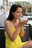 Mooie vrouw die van een koffie geniet Stock Afbeeldingen