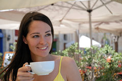 Mooie vrouw die van een koffie geniet Stock Afbeelding