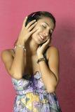 Mooie vrouw die van muziek geniet Royalty-vrije Stock Foto