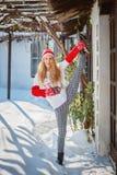Mooie vrouw die yoga in openlucht in de sneeuw doen stock afbeeldingen
