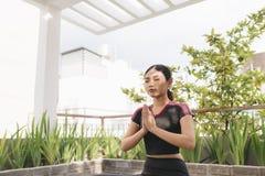 Mooie vrouw die yoga in openlucht op een dakterras doen stock fotografie