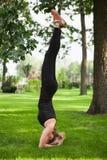 Mooie vrouw die yogaoefeningen doet Royalty-vrije Stock Foto's