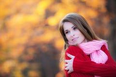 Mooie vrouw die zich in een park in de herfst bevindt Royalty-vrije Stock Fotografie