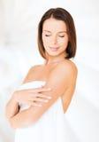 Mooie vrouw die zich in handdoek bevinden royalty-vrije stock afbeeldingen