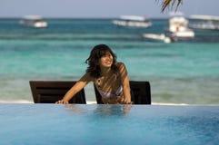 Mooie vrouw die zich op strand bevindt Royalty-vrije Stock Afbeelding