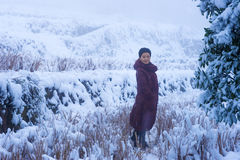 Mooie Vrouw die zich in Sneeuw bevinden Stock Foto