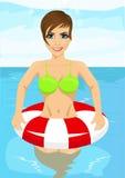 Mooie vrouw die zich in water met opblaasbare rubberring bevinden Stock Foto