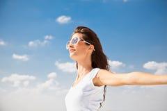 Mooie vrouw die in zonnige dag geniet van Stock Afbeelding