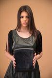 Mooie vrouw die zwarte zak houden Royalty-vrije Stock Foto