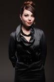 Mooie vrouw in donkere kleding met kapsel Royalty-vrije Stock Foto