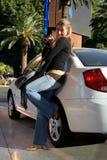Mooie Vrouw door Auto Royalty-vrije Stock Foto's