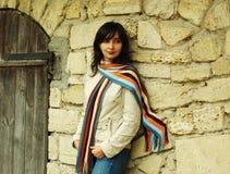 Mooie vrouw door de muur Royalty-vrije Stock Foto's
