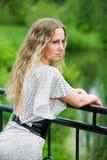Mooie vrouw door het meer. Royalty-vrije Stock Foto's