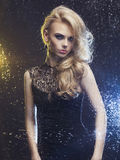 Mooie vrouw door het natte venster Royalty-vrije Stock Foto