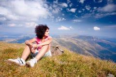 Mooie vrouw in een alpien landschap Stock Foto's
