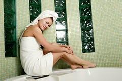 Mooie vrouw in een badkamers royalty-vrije stock fotografie