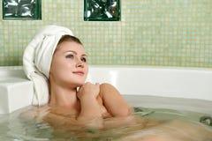 Mooie vrouw in een badkamers stock afbeeldingen