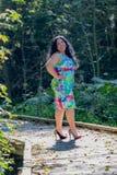 Mooie vrouw in een blauwe kleding met multicolored decoratie op een steenweg in het park stock afbeelding