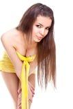 Mooie vrouw in een gele kleding Stock Afbeeldingen
