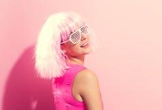 Mooie vrouw in een heldere roze pruik stock afbeeldingen