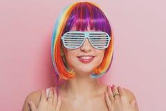 Mooie vrouw in een kleurrijke pruik Stock Afbeeldingen