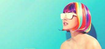 Mooie vrouw in een kleurrijke pruik Stock Foto
