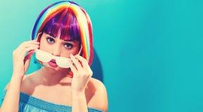 Mooie vrouw in een kleurrijke pruik Stock Afbeelding